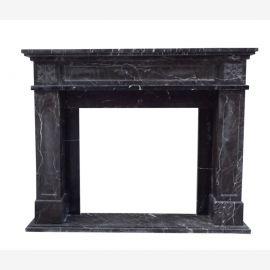 Façade du foyer de cheminee en marbre sombre plaine faits constructif colonial forme de frontière