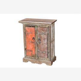 Inde table de chevet individuel à partir de pièces de vieilles fenêtres