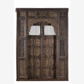 Porte en bois élégante avec des sculptures élaborées et cadre décoré