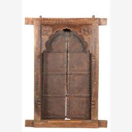 Porte en bois massif avec des sculptures élaborées et des cadres de porte incurvés