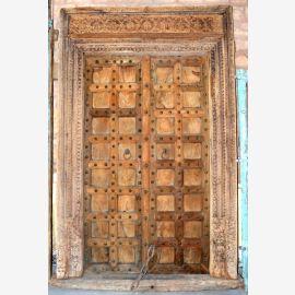 Porte en bois naturel de l'Inde avec des sculptures simples.