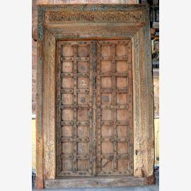 Porte en bois naturel de l'Inde avec des sculptures raffinées.