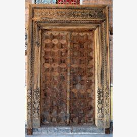 Porte en bois massif de l'Inde avec des sculptures raffinées.