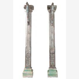 Indien große geschnitzte Stützsäulen auf Steinsockel zum Einbau Gujarat etwa 1900