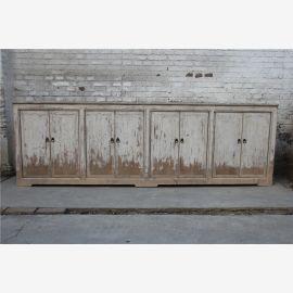 Armoire en bois massif avec une peinture élaborée dans le style Shabby chic.