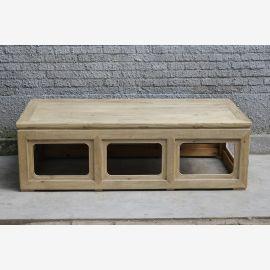 Table en bois massif de Chine avec découpes géométriques.