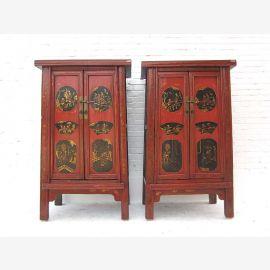 Armoire chinoise en bois impeccable, couleurs traditionnelles.