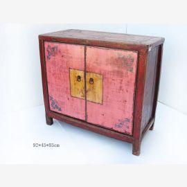 Armoire en bois massif de Chine avec des applications traditionnelles.
