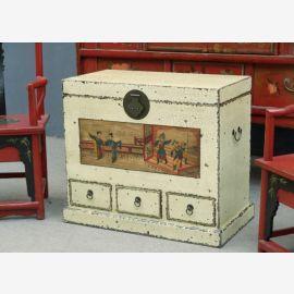 Le coffre chinois est fait de bois massif à l'aspect usagé.