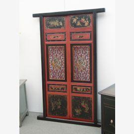 La porte chinoise en bois naturel a été pourvue de nombreux détails.