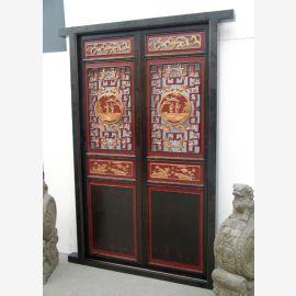 La porte en bois véritable de Chine était décorée d'éléments traditionnels.