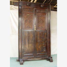 La porte en bois massif de Chine est tenue en bois foncé et décorée de sculptures.