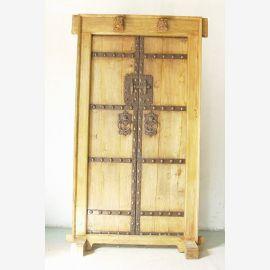 La porte stable en bois de Chine était faite de bois foncé et clair.