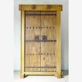 Porte en bois massif de Chine au look usagé avec des éléments métalliques.