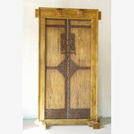 La porte en bois dur chinois a été fabriquée avec des applications métalliques.
