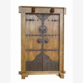Porte en bois véritable de Chine avec des applications détaillées en bois et métal.