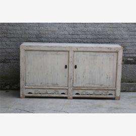 Armoire moderne en bois de première qualité en ivoire d'aspect usagé avec fermoirs.