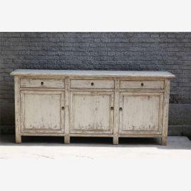 Armoire moderne en bois dur en ivoire d'aspect usagé avec fermoirs.