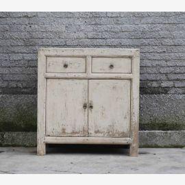 Armoire en bois dur d'Asie dans un look usagé avec des applications en métal.