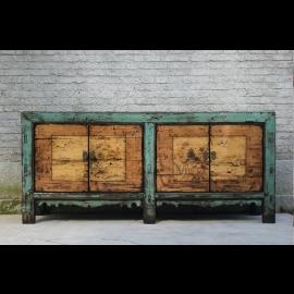 Exceptionnelle armoire en bois d'Asie avec une peinture élaborée et des éléments en métal.