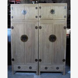 Véritable armoire en bois d'Asie au look usagé avec applications métalliques.