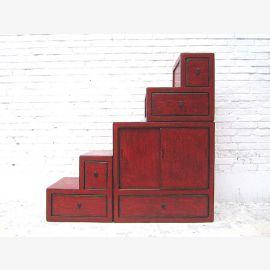 """Chine petits tiroirs escalier marron nombreux des deux côtés ouvrants sous pente de toit des chambres du """"Luxury-Park"""""""
