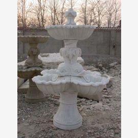 Haute fontaine ronde sur la base de 3 tasses en marbre blanc classique