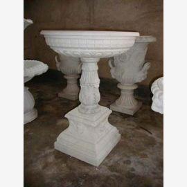 fontaine ronde sur la base de deux tasses brun clair classique de marbre