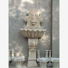 Antique fontaine murale sur la base coquille semi-circulaire en marbre blanc