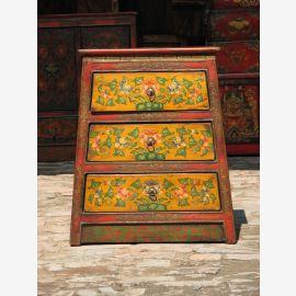 Meuble à tiroirs tibétain en bois massif d'aspect vintage avec motif classique.