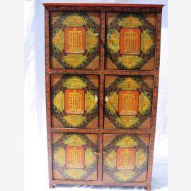 Le cabinet tibétain est en bois massif et décoré de motifs classiques.