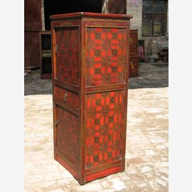 Armoire tibétaine en bois massif rouge et marron. Avec un motif fin.