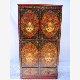 Armoire tibétaine en bois massif foncé avec une peinture élaborée.