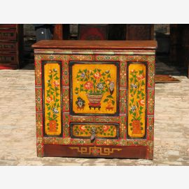 Armoire en bois massif du Tibet avec moins de peinture.