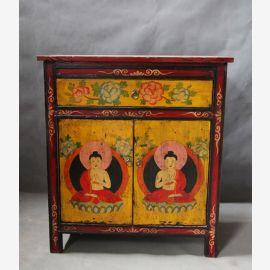 Meuble en bois massif décoré d'un motif tibétain traditionnel.