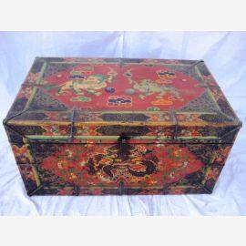 Coffret tibétain en bois naturel avec peinture traditionnelle.