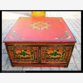 Table en bois massif avec peinture tibétaine aux couleurs vives.