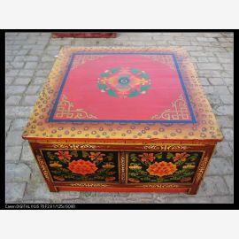 Table en bois massif du Tibet avec une décoration élaborée dans des couleurs expressives.