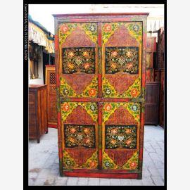 Meuble en bois tibétain de haute qualité dans des tons terre sophistiqués.
